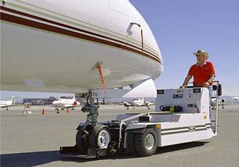 传统的牵引车是机场内的庞然大物